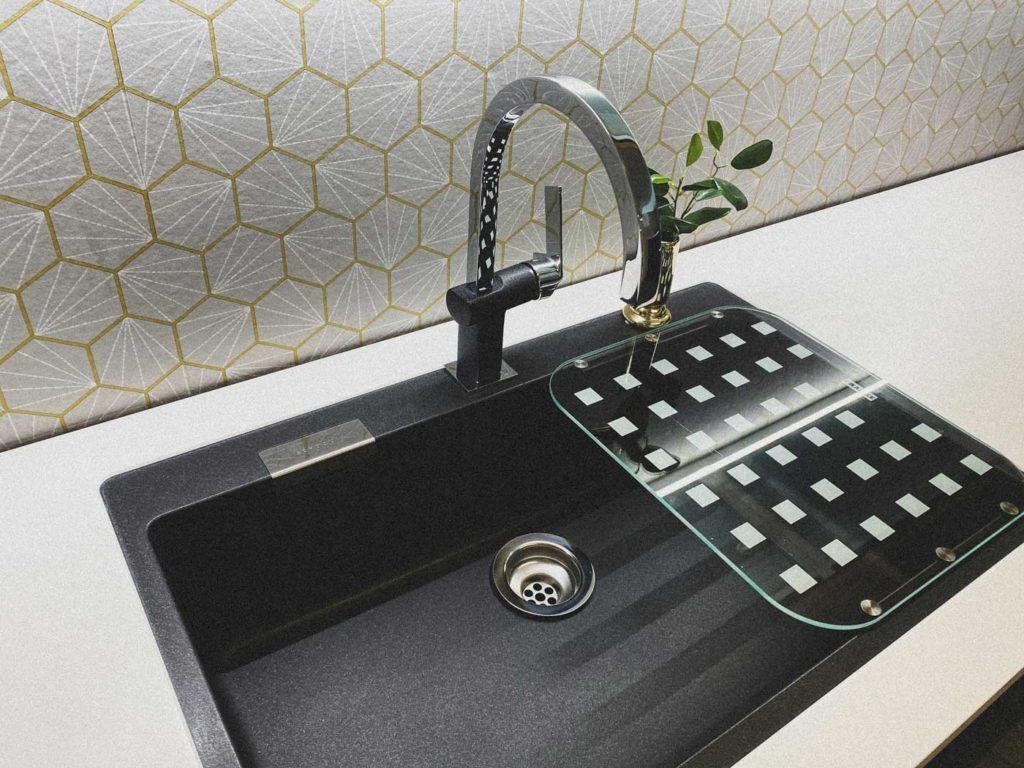 Montering der vasken er underlimt fra fabrikk, gjør renhold enklere ved at smuss ikke legger seg langs kanten.
